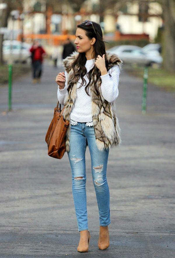 Девушка в меховом жилете, лодочках и синих рваных джинсах