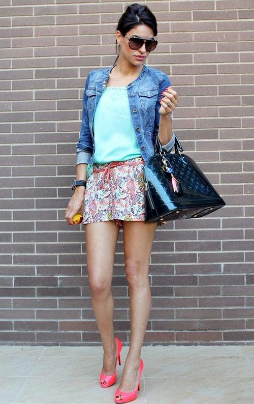 Девушка в мини и джинсовке и джинсовой куртке
