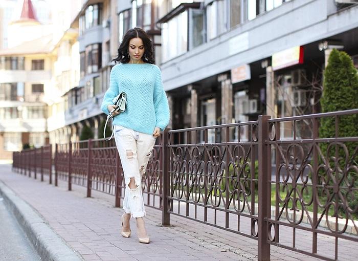 Девушка в мятном свитере и белых рваных джинсах
