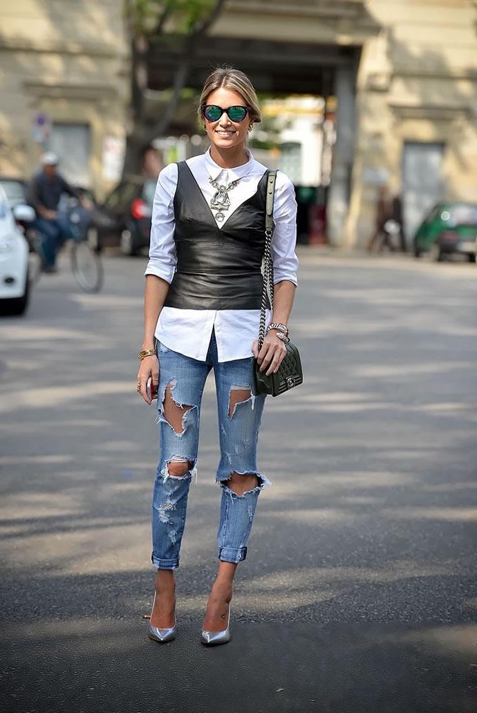 Девушка в очень рваных джинсах, серебристых лодочках и белой рубашке