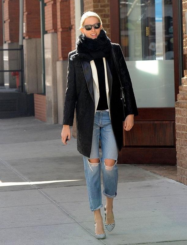 Девушка в пальто, полосатых лодочках и рваных джинсах