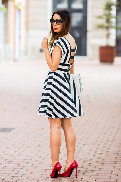 Девушка в платье в полоску