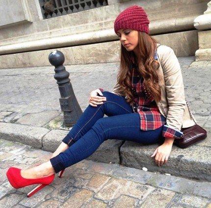 Девушка в подвернутых джинсах и красных туфлях