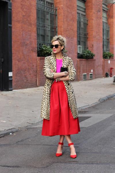 Девушка в пышной юбке красного цвета