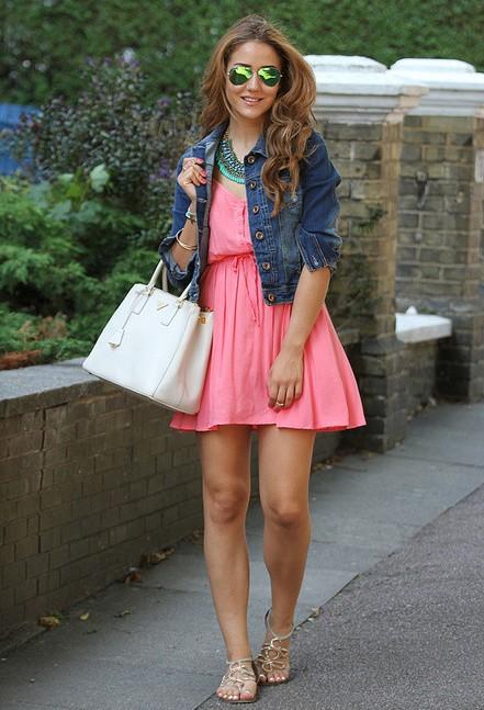Девушка в розовом платье и джинсовой куртке
