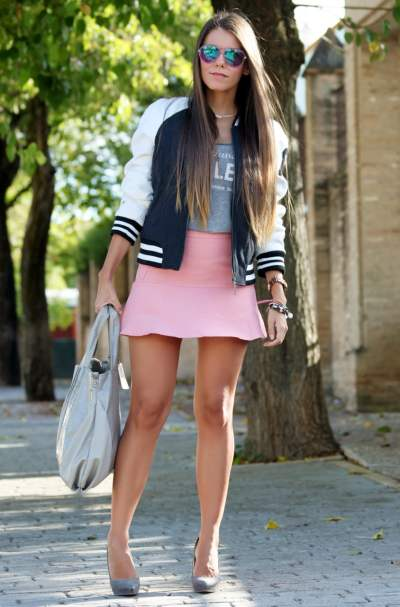 Девушка в розовой юбке и бомбере