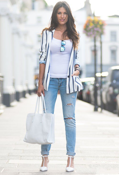 Девушка в рваных джинсах, белых лодочках и полосатом жакете