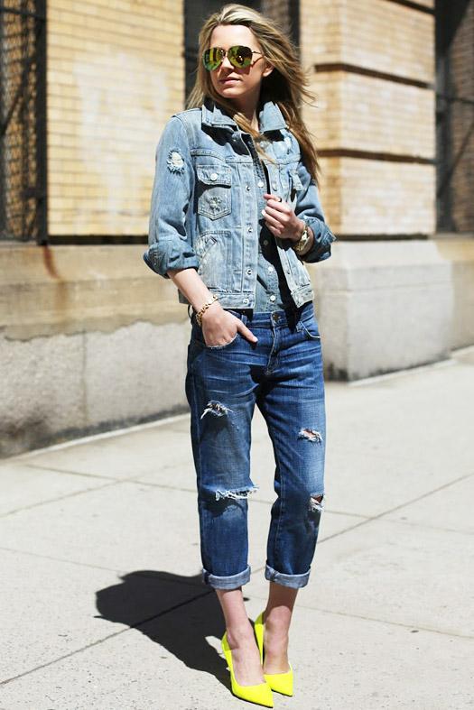 Девушка в рваных джинсах и джинсовке и джинсовой куртке