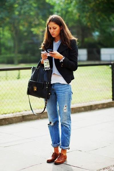 Девушка в рваных джинсах, оксфордах и черном жакете