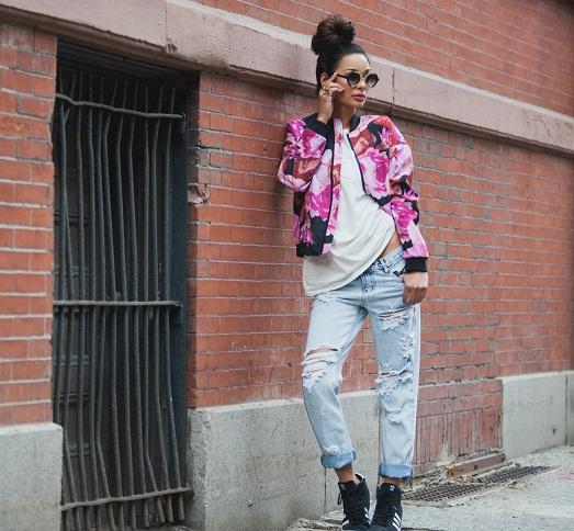 Девушка в рваных джинсах и цветочном бомбере