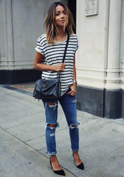 Девушка в рваных джинсах и полосатой футболке