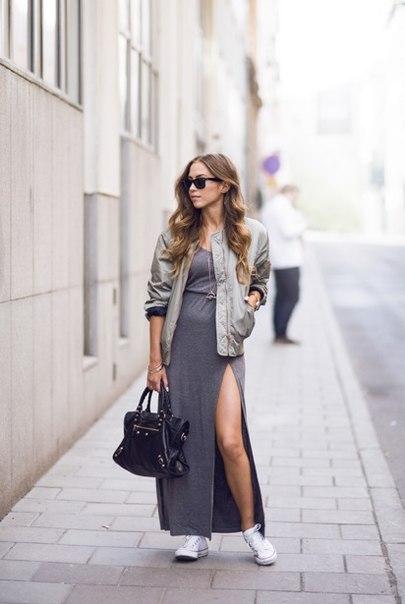 Девушка в сером платье и бомбере
