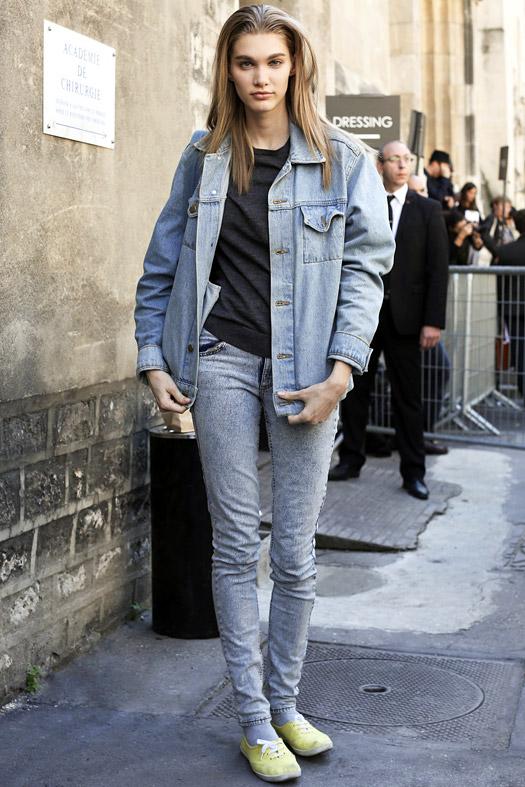 Девушка в серых джинсах и джинсовой куртке