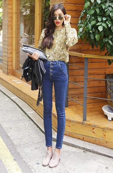 Девушка в шелковой блузке