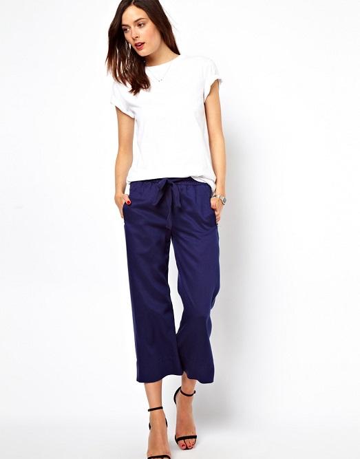 Девушка в широких коротких синих брюках