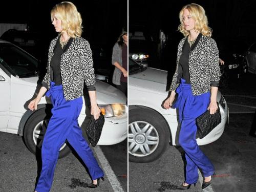 Девушка в штроких синих брюках