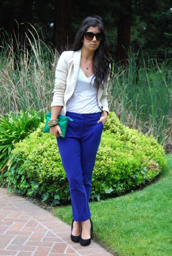 Девушка в синих брюках и белом топе с пиджаком