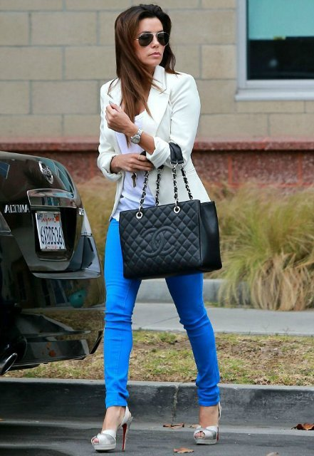 Девушка в синих брюках и белой рубашке