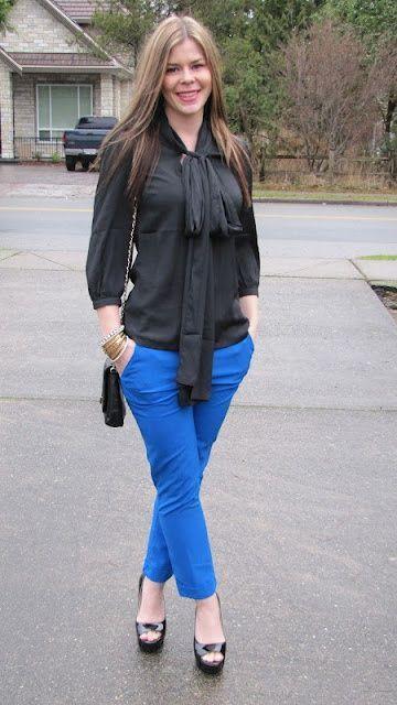 Девушка в синих брюках и черной блузке