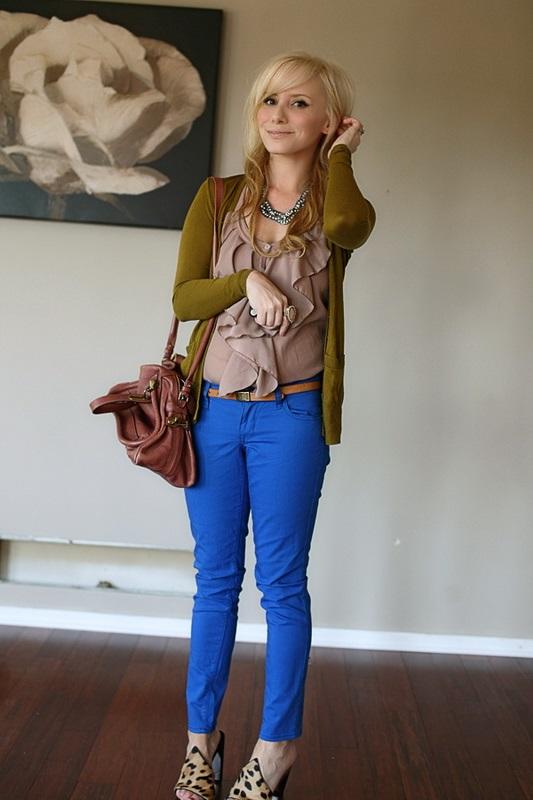 Девушка в синих брюках и кремовой блузке