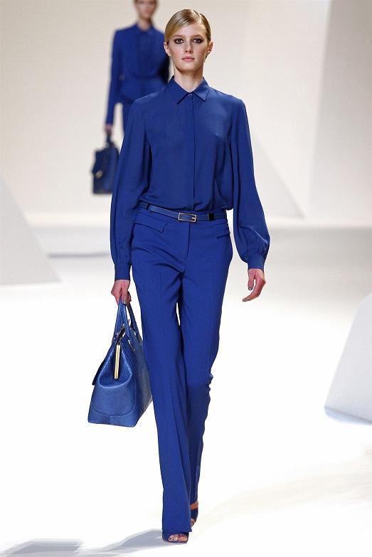 Девушка в синих брюках и рубашке