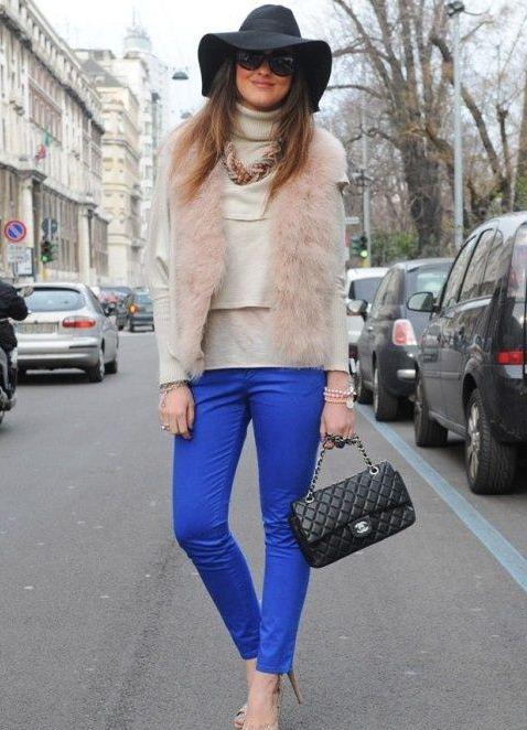 Девушка в синих брюках и свитере