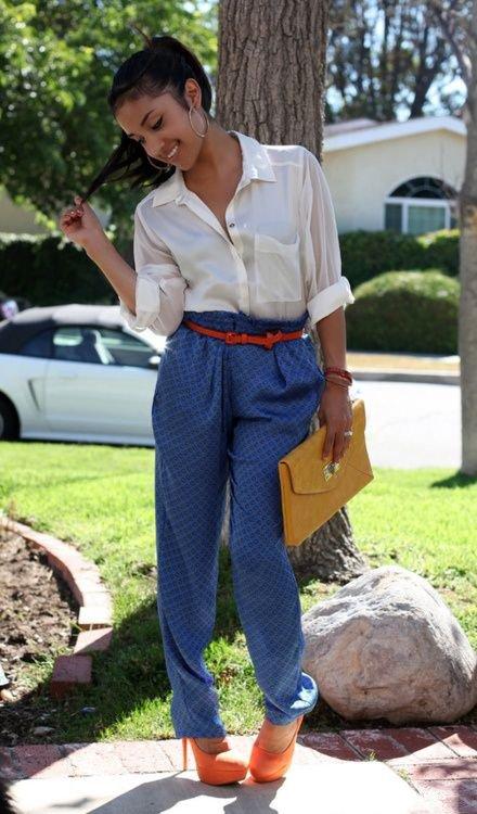 Девушка в синих брюках и свободной рубашке