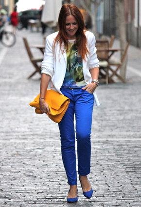 Девушка в синих брюках и цветной блузке
