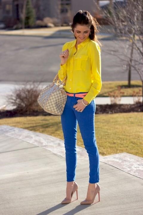 Девушка в синих брюках и желтой блузке