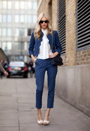 Девушка в синих брюках в горох