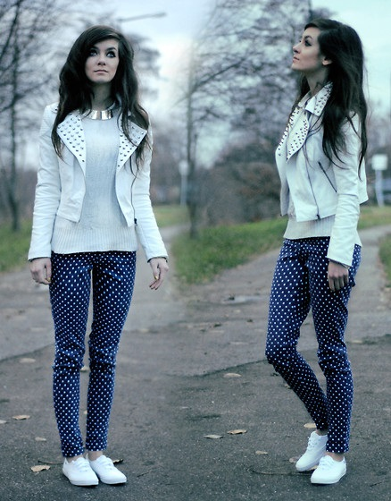 Девушка в синих брюках в горошек