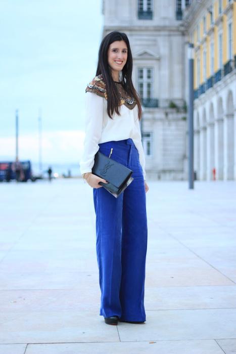 Девушка в синих бюках-трубах