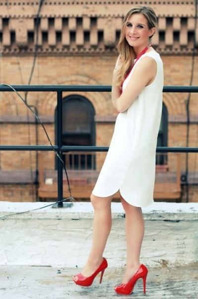 Девушка в свободном белом платье