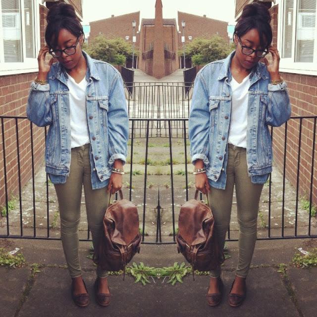 Девушка в свободной джинсовой куртке и джинсовой куртке
