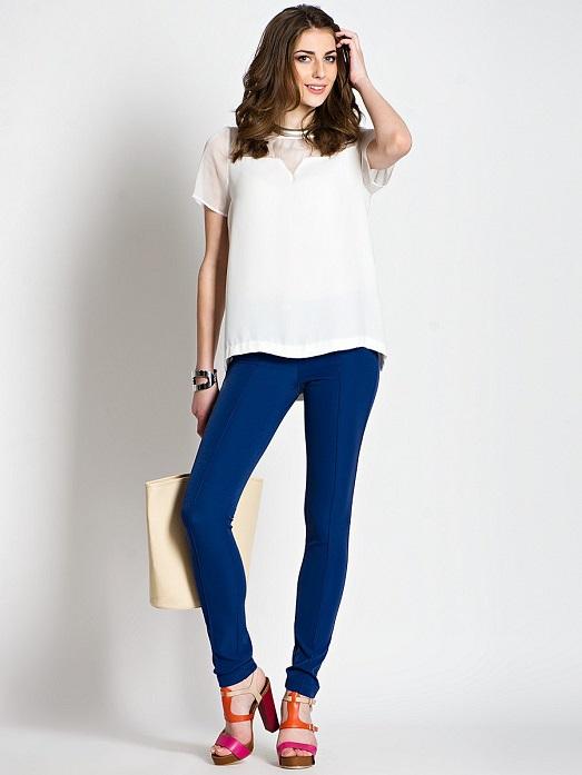Девушка в темно-синих брюках и белой футболке