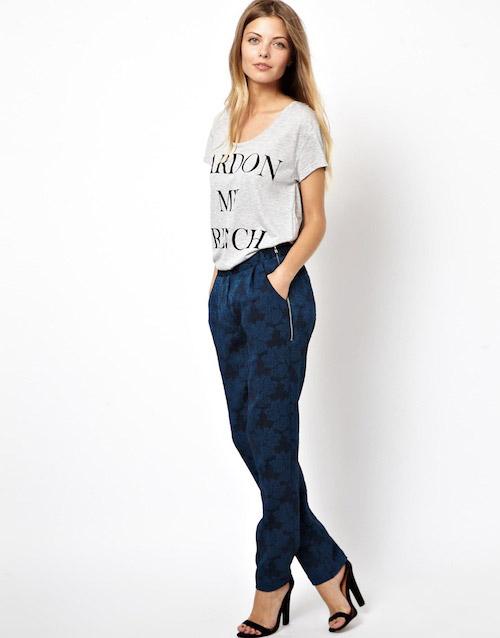 Девушка в темно-синих брюках с принтом