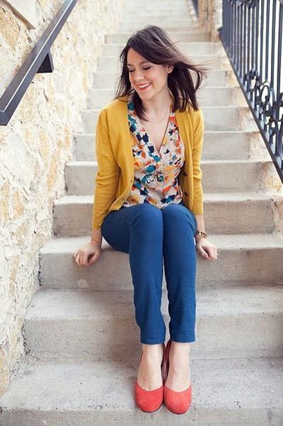 Девушка в цветной блузке и брюках