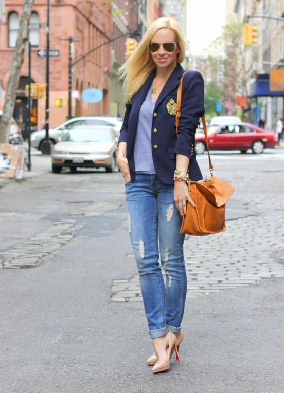 Девушка в туфлях лодочках, джинсах и синем жакете