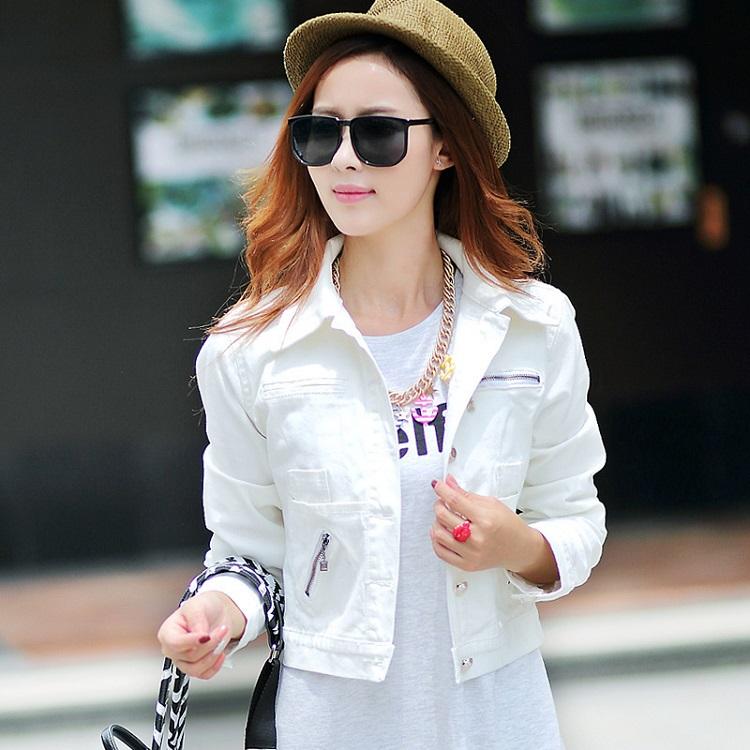 Девушка в укороченной белой куртке