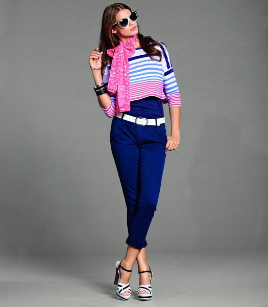 Девушка в укороченных брюках и цветном джемпере