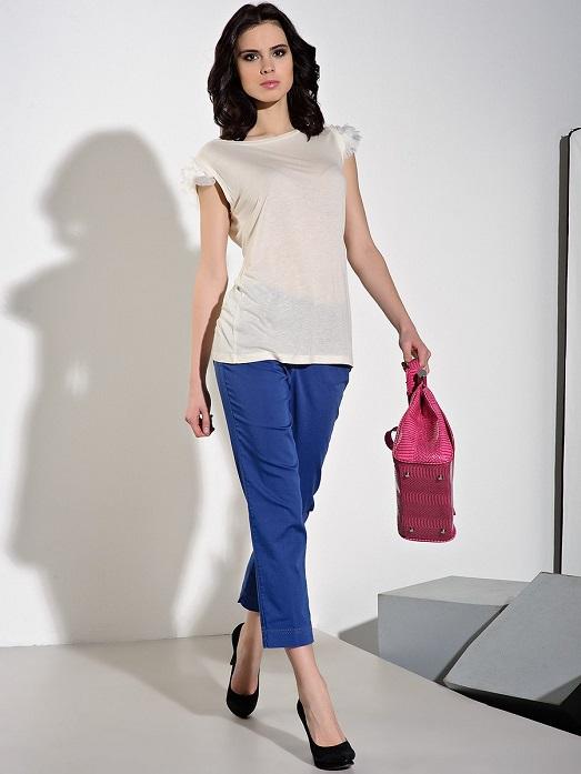 Девушка в укороченных синих брюках