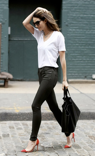 Девушка в узких черных брюках