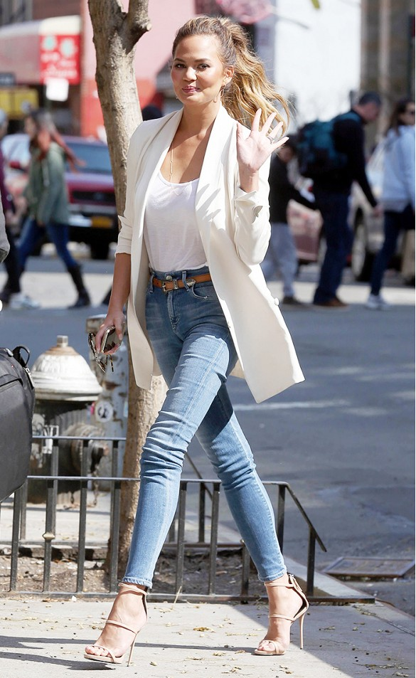 Девушка в узких джинсах с высокой талией