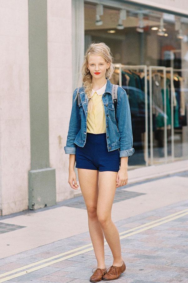 Девушка в высоких шортах и джинсовой куртке