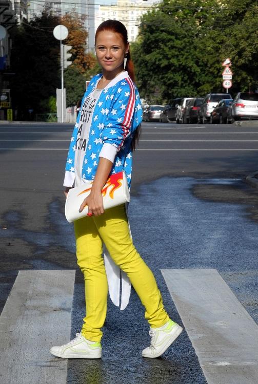 Девушка в ярких брюках и бомбере
