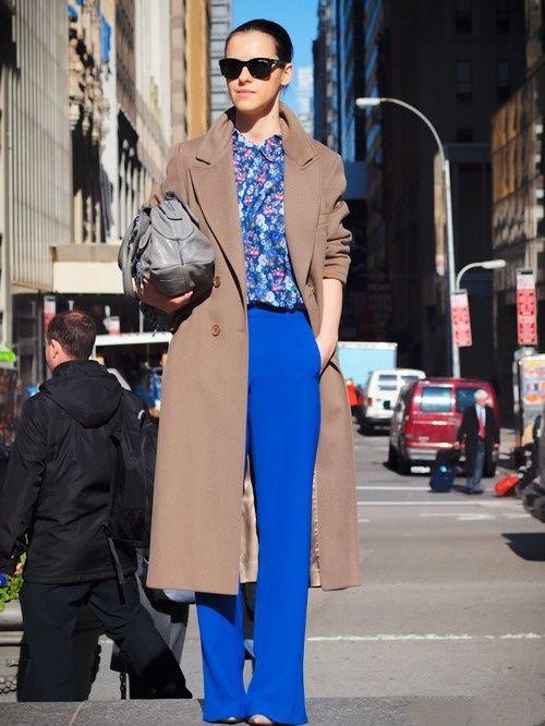 Девушка в ярких брюках клеш