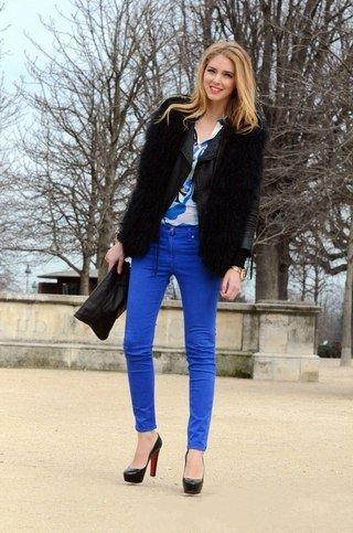 Девушка в ярких брюках