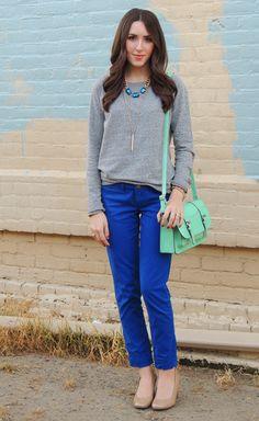 Девушка в ярких синих брюках и сером джемпере