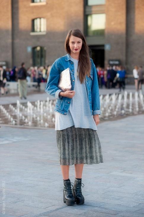 Девушка в юбке-миди и джинсовой куртке