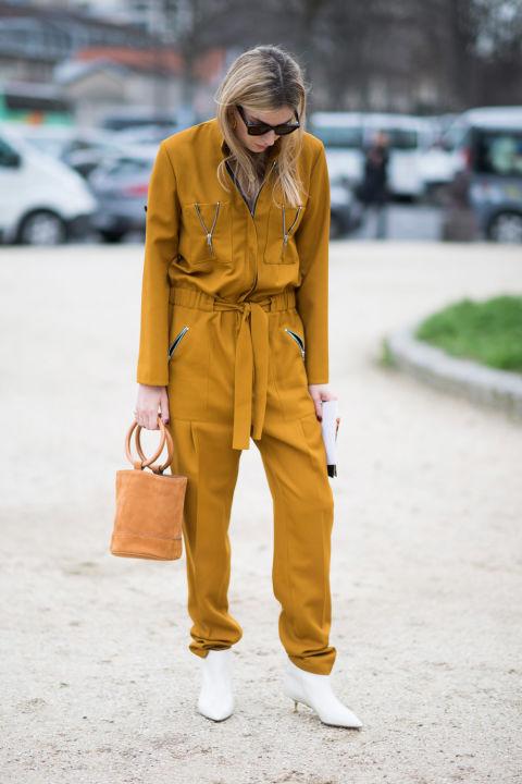 Девушка в желтом комбинезоне и белых ботильонах